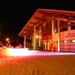 """Mise en """"lumière"""" d'un bar de neige sur l'esplanade pour une soirée de gala."""